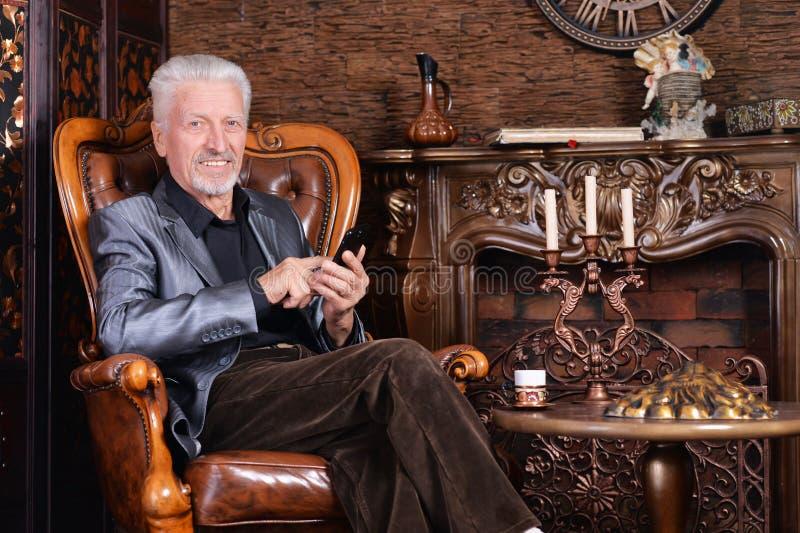 Portrait d'homme supérieur de sourire avec le téléphone images libres de droits