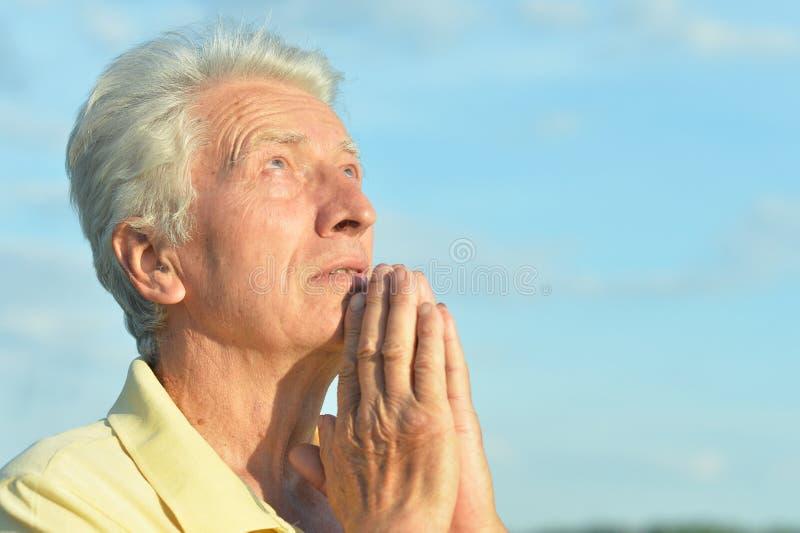 Portrait d'homme supérieur posant dans la prière de parc d'été photo stock