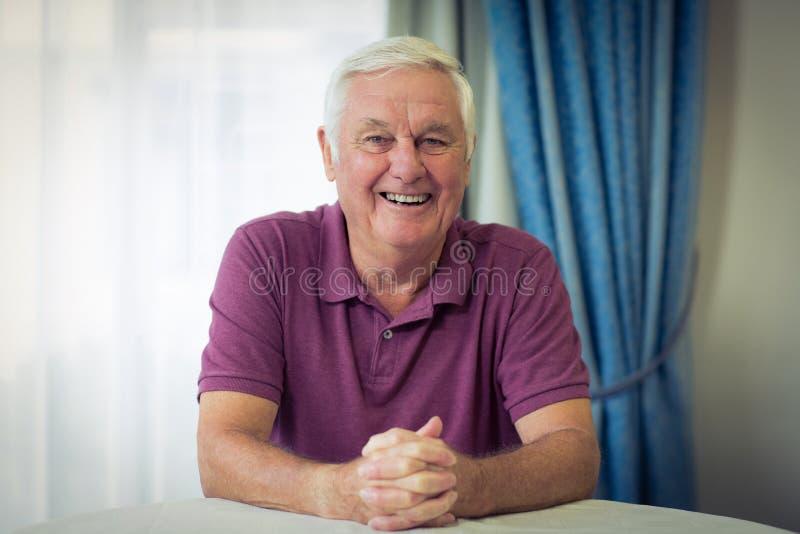 Portrait d'homme supérieur se reposant dans la clinique médicale images stock