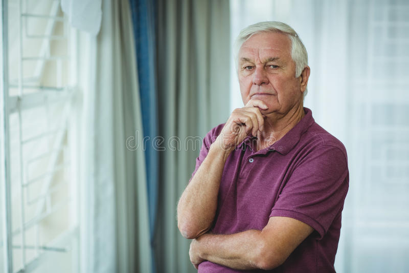 Portrait d'homme supérieur se tenant avec la main sur le menton image libre de droits