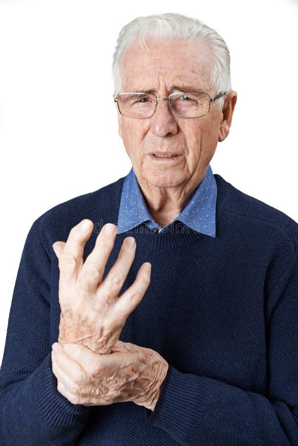 Portrait d'homme supérieur souffrant avec l'arthrite photographie stock