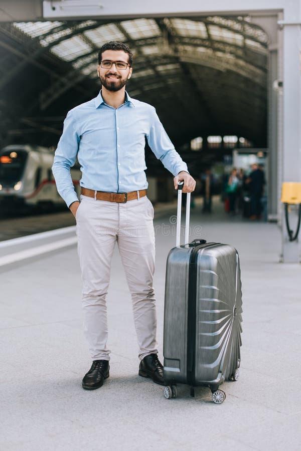 Portrait d'homme syrien gai à la station de train photographie stock