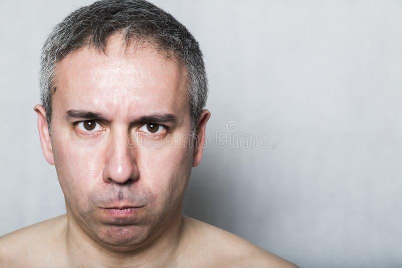 Portrait d'homme d'une cinquantaine d'années agressif mécontent malheureux fâché photos libres de droits