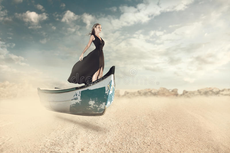 Portrait d'imagination de jeune femme dans le bateau photographie stock