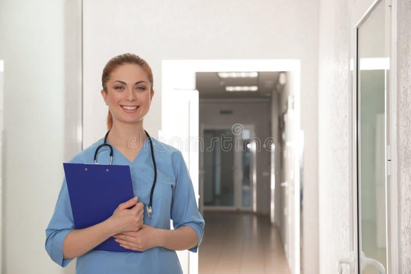 Portrait d'infirmière avec le presse-papiers dans le couloir d'hôpital photos libres de droits