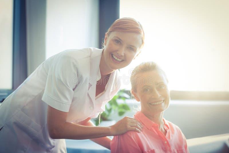 Portrait d'infirmière féminine et de femme supérieure images stock