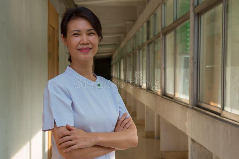 Portrait d'infirmière plus âgée de sourire photographie stock
