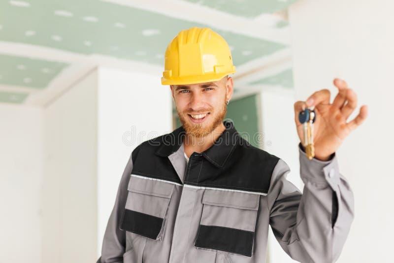 Portrait d'ingénieur de sourire dans les vêtements de travail et le masque heureusement image stock