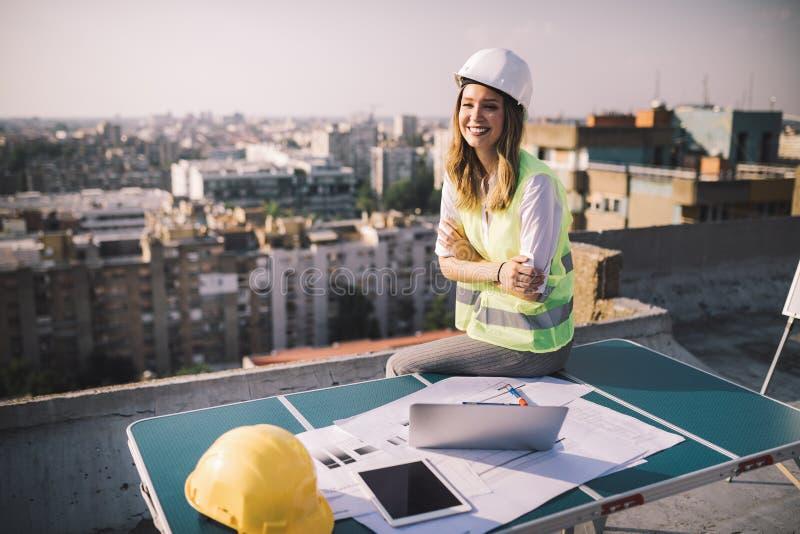 Portrait d'ingénieur, jeune femme d'architecte travaillant au chantier de construction photos libres de droits
