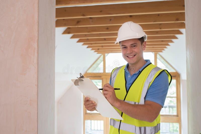 Portrait d'inspecteur des bâtiments regardant la nouvelle propriété images stock