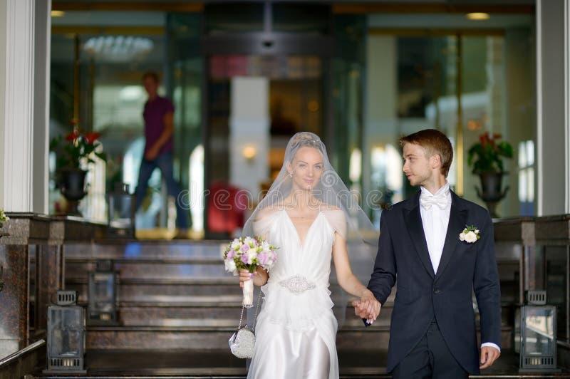 Portrait d'intérieur de beaux jeunes mariés image libre de droits