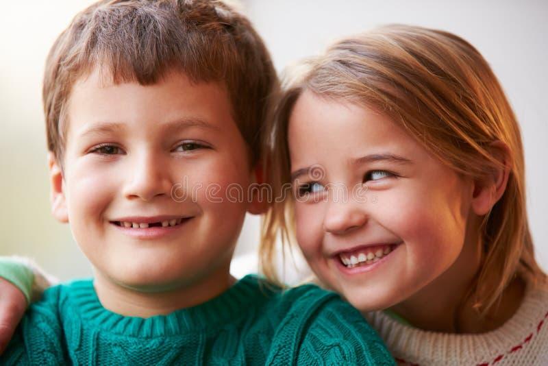 Portrait d'intérieur de frère And Sister photographie stock libre de droits