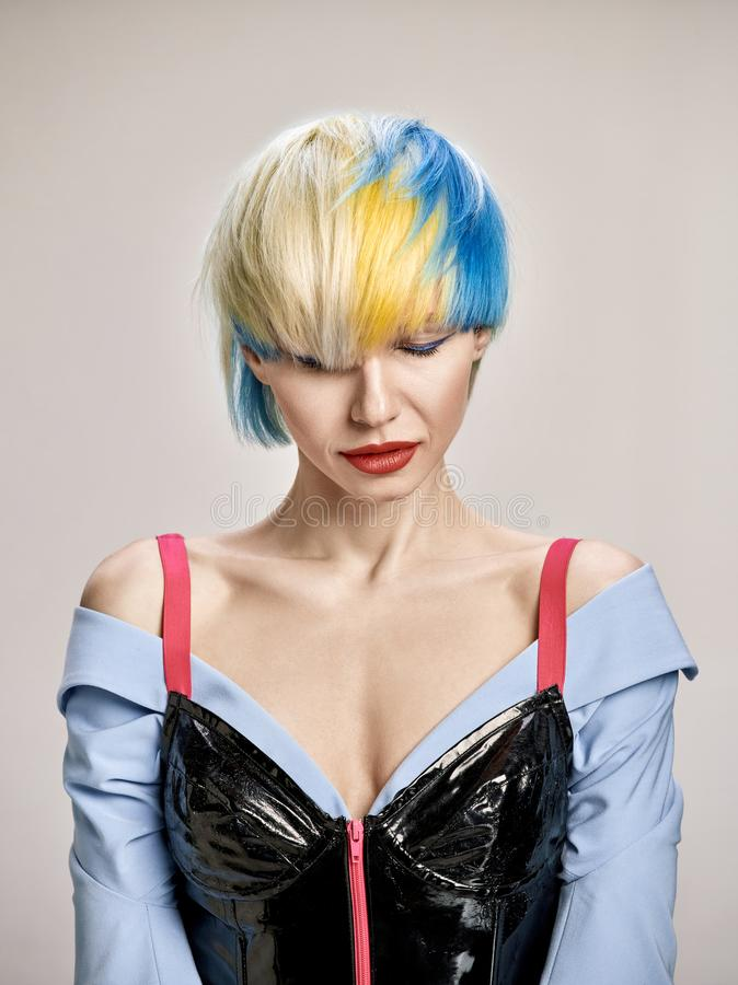 Portrait d'intérieur en gros plan de belle fille avec les cheveux blonds Le studio a tiré de la jeune femme gracieuse avec la cou photos libres de droits