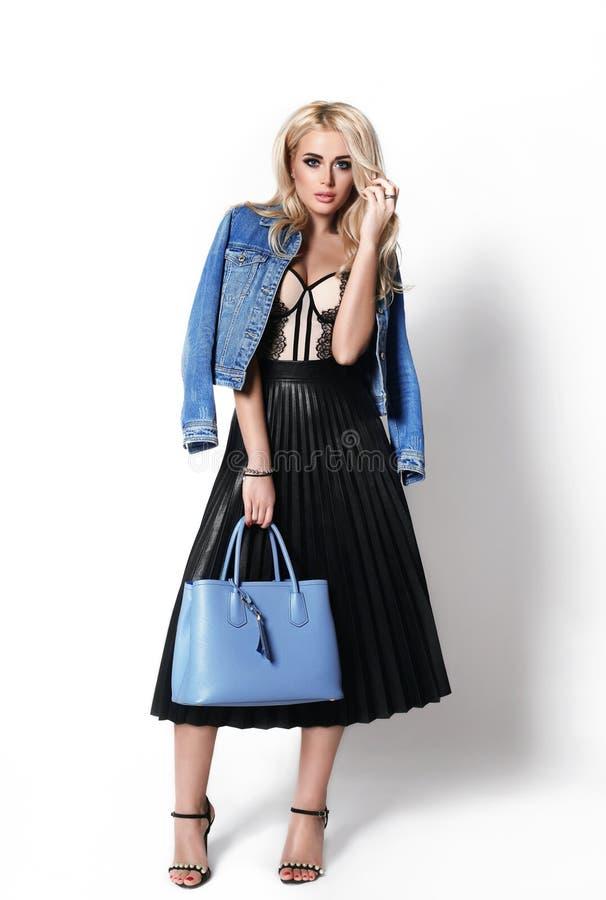 Portrait d'isolement de mode d'une femme élégante et élégante tenant un panier images stock