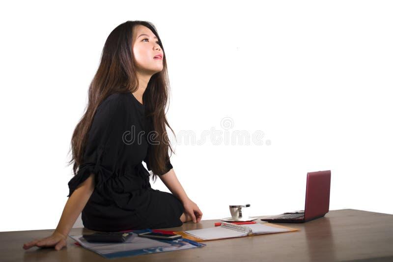 Portrait d'isolement d'entreprise de société de jeune W gai de pensée et de sourire de belle et réussie femme chinoise asiatique  photo libre de droits