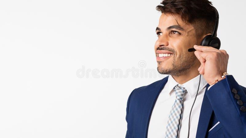 Portrait d'opérateur de centre d'appels dans le casque au-dessus du fond blanc photo stock