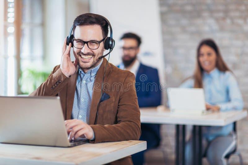 Portrait d'opérateur de sourire heureux de téléphone de support à la clientèle au wor photo libre de droits
