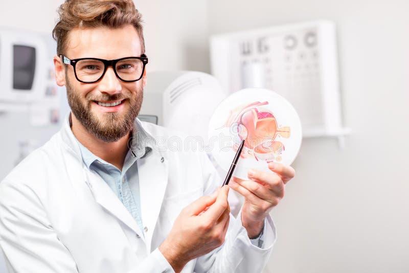 Portrait d'ophtalmologiste dans l'hôpital image stock
