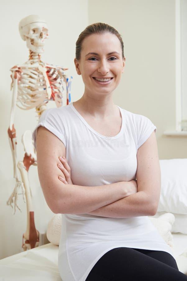Portrait d'ostéopathe féminin dans la chambre de consultation image libre de droits