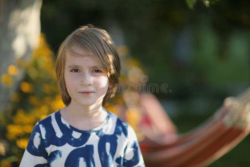 Portrait d'un écolier au soleil photos stock