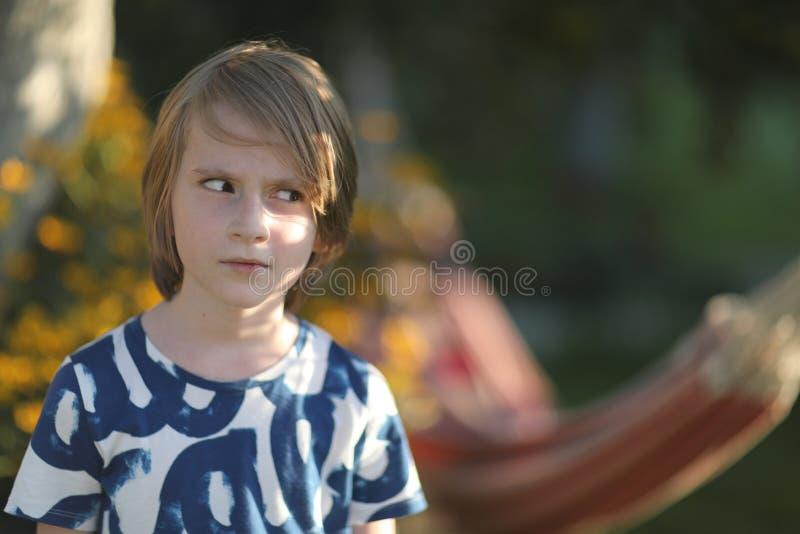 Portrait d'un écolier au soleil photos libres de droits