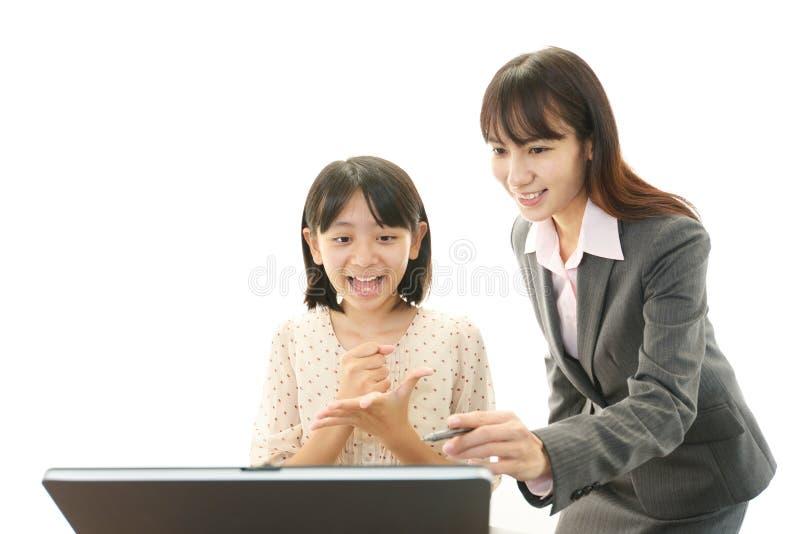 Portrait d'un étudiant avec un professeur photos stock