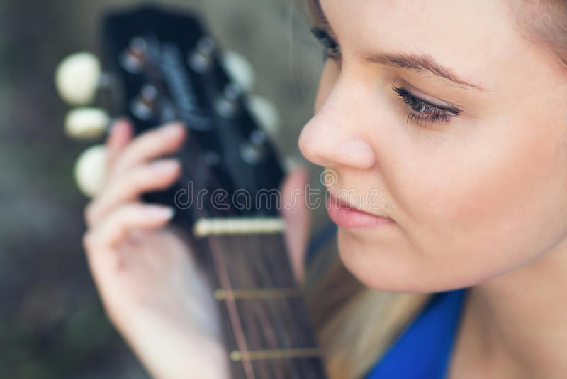 Portrait d'un adolescent avec une guitare sous un arbre photos libres de droits