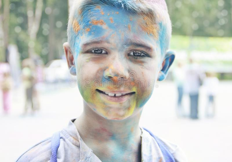 Portrait d'un adolescent de sourire avec le visage multicolore au photos libres de droits