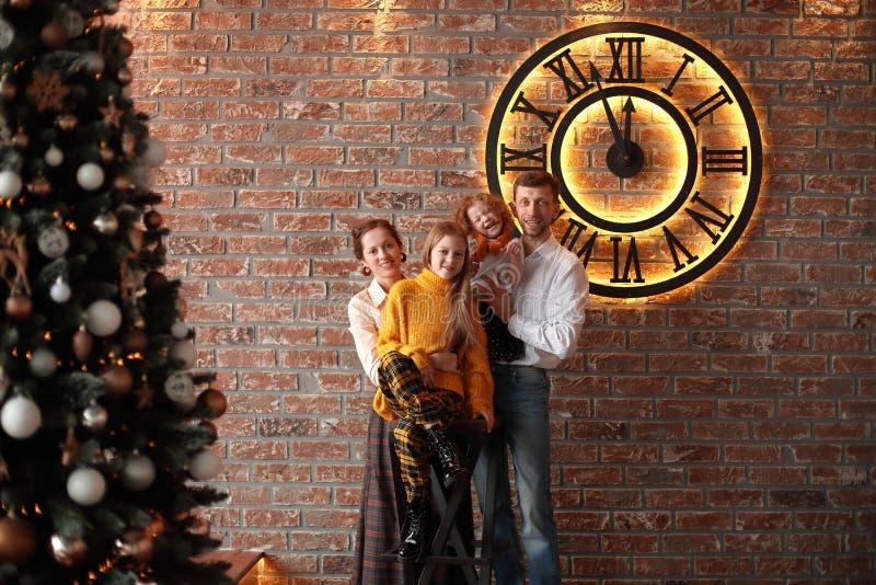 Portrait d'un ajouter heureux à leurs enfants en bas âge le jour de Noël photographie stock libre de droits