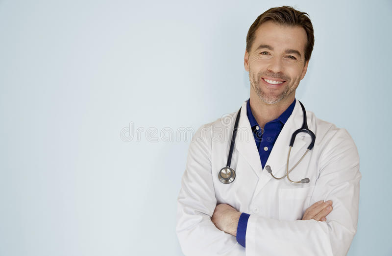 Portrait d'un appareil-photo bel de docteur Smiling At The photographie stock