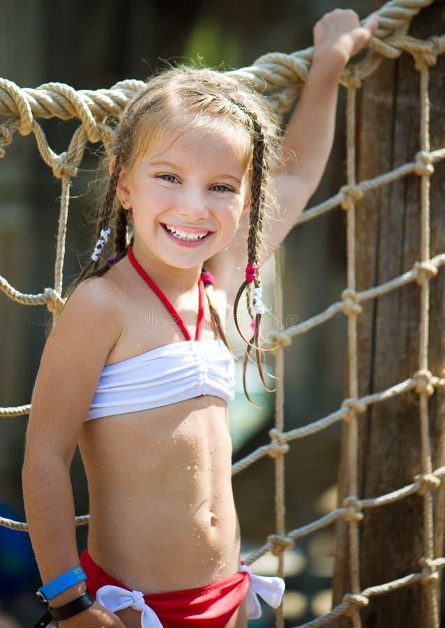 Petite fille à l'aquapark photographie stock
