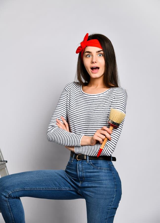 Portrait d'un artiste féminin avec une brosse large image stock