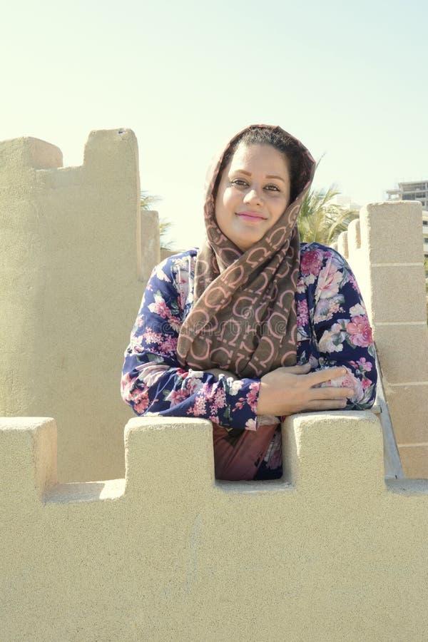 Portrait d'un bâtiment de visite de monument de jeune femme musulmane à la plage photos stock