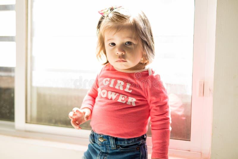 Portrait d'un bébé établissant le contact visuel photos libres de droits