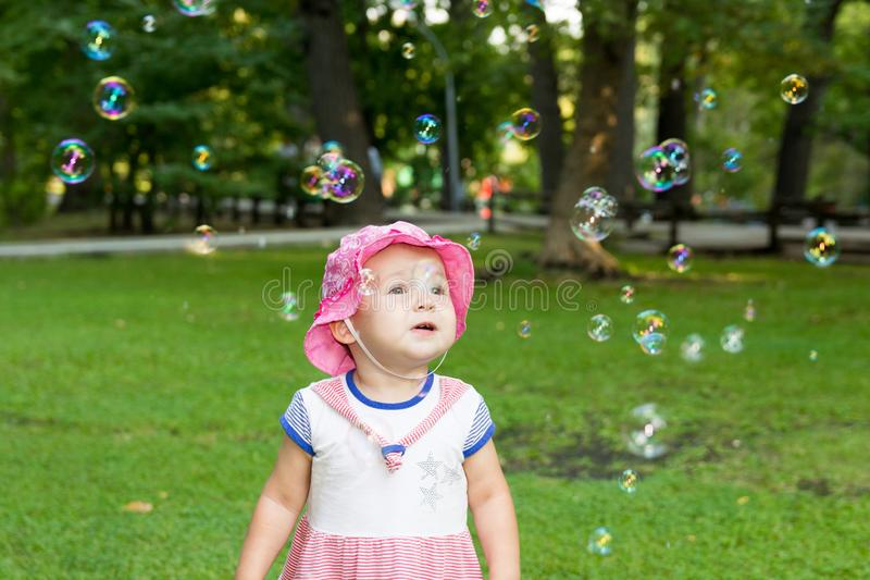 Portrait d'un bébé et des bulles de savon photographie stock libre de droits