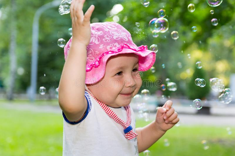 Portrait d'un bébé et des bulles de savon photos libres de droits