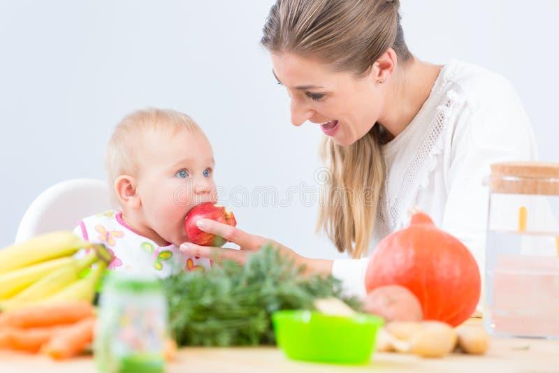 Portrait d'un bébé mignon et en bonne santé regardant avec la curiosité images stock