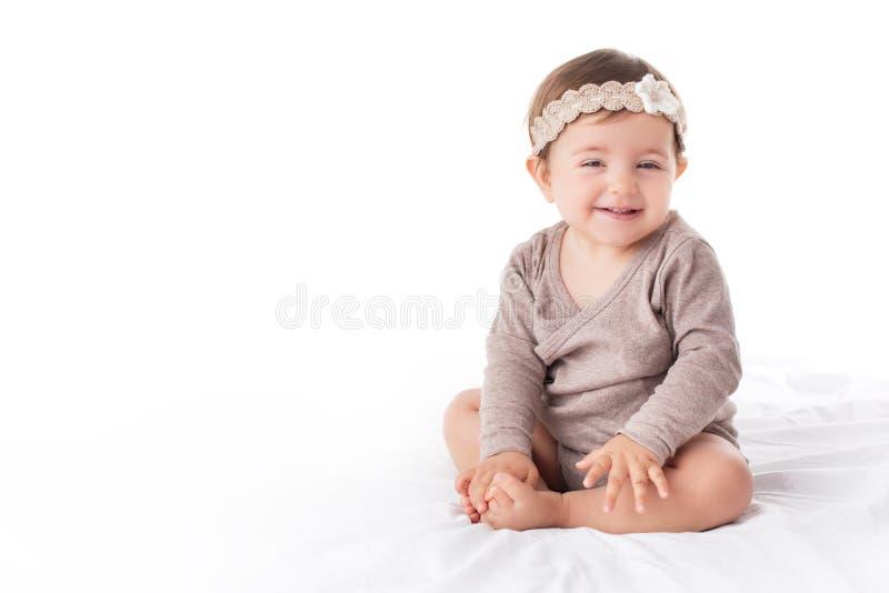 Portrait d'un bébé smilling sur un fond blanc images stock