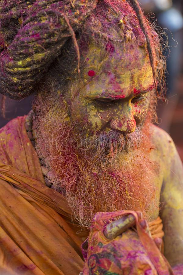 Portrait d'un baba de Sadhu avec le visage coloré au temple de Nandgaon pendant le festival de Holi, Uttar pradesh, Inde photographie stock