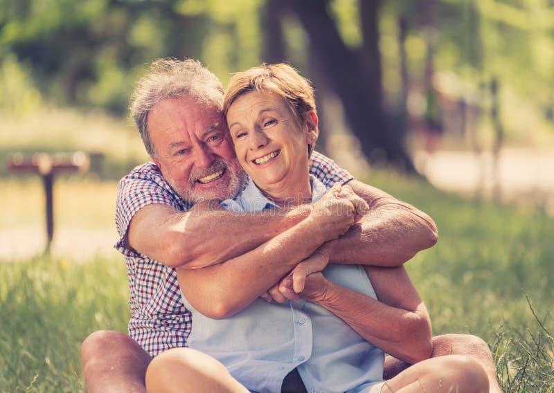 Portrait d'un beau couple supérieur heureux dans l'amour détendant en parc photo stock