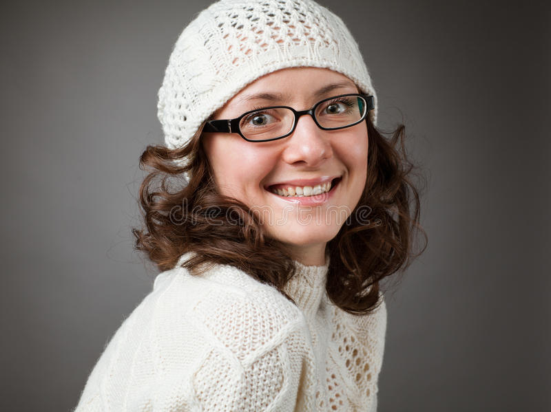 Portrait d'un beau jeune chochet de port de sourire h de brune photos stock
