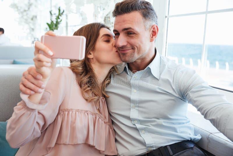 Portrait d'un beau jeune couple prenant un selfie images libres de droits