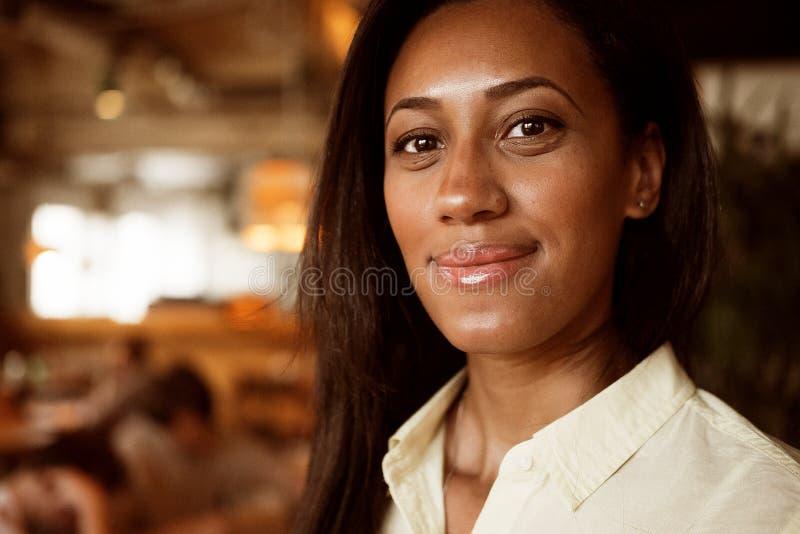 Portrait d'un beau jeune sourire de femme d'afro-américain Concept de mode de vie photographie stock