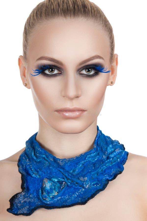 Portrait d'un beau maquillage de soirée Cils bleus Le foulard de bleu de fille photos libres de droits