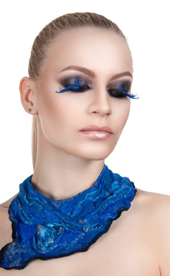 Portrait d'un beau maquillage de soirée Cils bleus Le foulard de bleu de fille images stock
