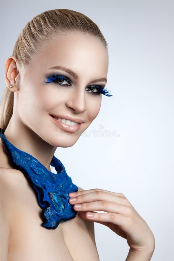 Portrait d'un beau maquillage de soirée Cils bleus Le foulard de bleu de fille photographie stock libre de droits