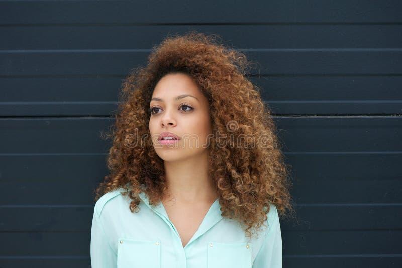 Portrait d'un beau modèle femelle regardant loin photo libre de droits