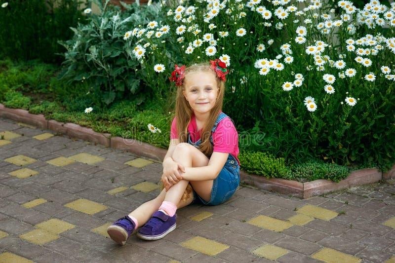 Portrait d'un beau petite fille sur une promenade un jour d'été photos libres de droits
