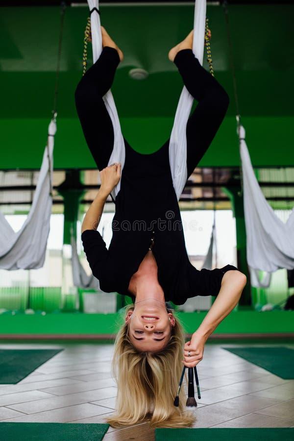 Portrait d'un bel artiste mignon de mekeup de fille naturel avec de longs cheveux blonds Dans le studio, anti yoga de forme physi photo stock