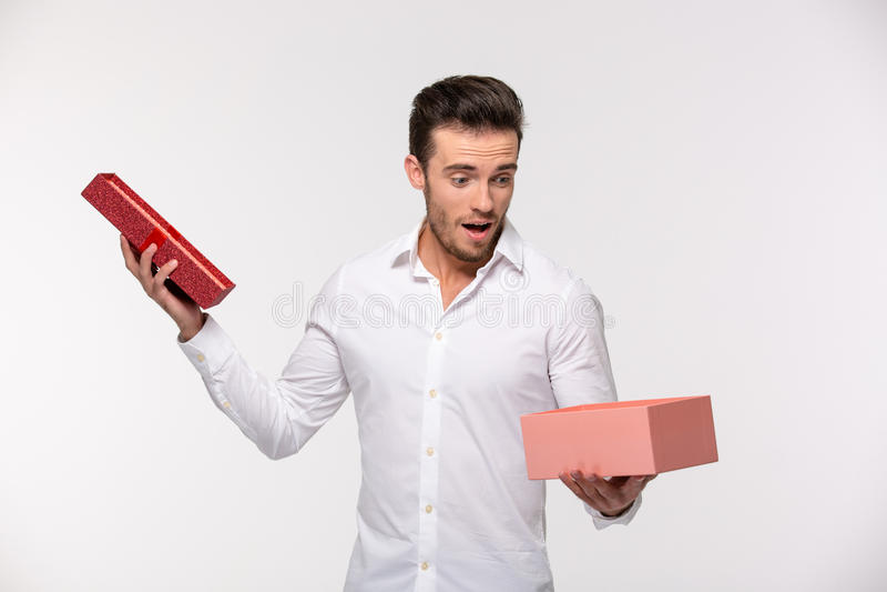 Portrait d'un boîte-cadeau d'ouverture d'homme d'affaires photo stock